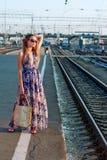 Treno attendente della ragazza sulla piattaforma Fotografie Stock Libere da Diritti