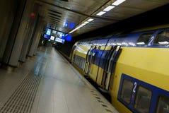 Treno attendente in sottopassaggio Immagine Stock