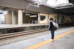 Treno in attesa asiatico delle ragazze dei turisti Immagine Stock Libera da Diritti
