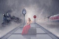 Treno in attesa della donna sul binario della stazione ferroviaria Fotografia Stock Libera da Diritti