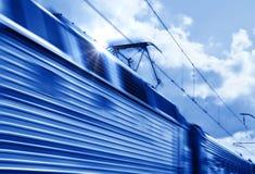 Treno blu di velocità nel movimento Immagine Stock