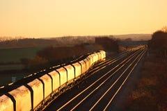 Treno caricato del carbone alla luce solare di sera vicino a York Fotografie Stock