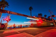 Treno che accelera con San Clemente, California Immagini Stock