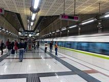 Treno che arriva alla stazione della metropolitana in sotterraneo di Atene, Grecia fotografie stock libere da diritti