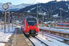 Treno che arriva alla stazione ferroviaria di Garmisch-Partenkirchen Fotografia Stock