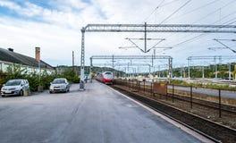 Treno che arriva la stazione Immagine Stock