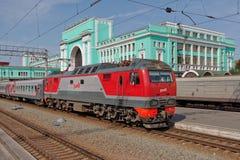 Treno che arriva sulla stazione di Novosibirsk Immagini Stock