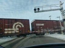 Treno che attraversa la via di Monroe a Williamsport Indiana fotografia stock