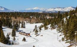 Treno che attraversa through Rocky Mountains Fotografia Stock Libera da Diritti