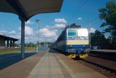 Treno che entra nella stazione fotografie stock libere da diritti