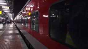 Treno che lascia la stazione archivi video