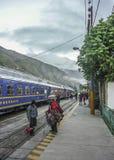 Treno che lascia la stazione di Ollantaytambo immagine stock