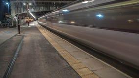 Treno che lascia stazione fotografia stock