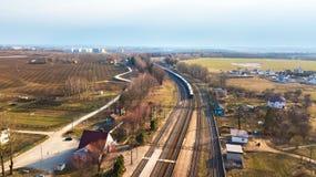 Treno che passa alla distanza Vista aerea della stazione ferroviaria Fotografia Stock Libera da Diritti