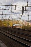 Treno che passa attraverso Immagini Stock