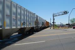 Treno che passa attraverso l'incrocio Fotografie Stock