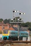 Treno che passa il cavalletto di segnale alla stazione di Shrewsbury Fotografia Stock