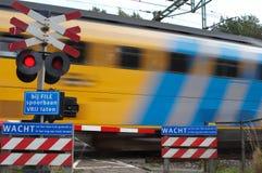 Treno che passa incrocio Fotografie Stock Libere da Diritti