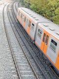 Treno che passa sotto fotografia stock