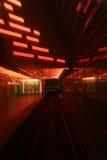 Treno che passa tramite il tunnel Fotografia Stock