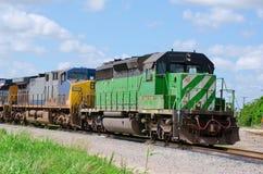 Treno che rimorchia un altro treno fotografia stock