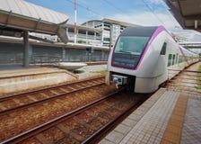 Treno che si avvicina alla stazione ferroviaria. Fotografia Stock Libera da Diritti