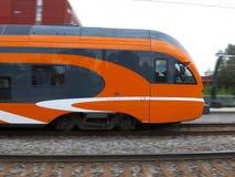 Treno che si avvicina alla stazione ferroviaria Immagini Stock