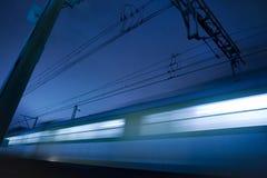 Treno che si muove alla notte Immagine Stock