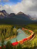 Treno che si muove in montagne Fotografie Stock