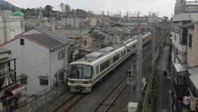 Treno che si muove in una città video d archivio