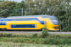 Treno che si muove velocemente nel paesaggio Fotografie Stock Libere da Diritti