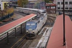 Treno che viene ad una fermata Fotografia Stock
