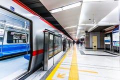 Treno commovente nella stazione della metropolitana Fotografia Stock