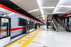 Treno commovente nella stazione della metropolitana Fotografia Stock Libera da Diritti