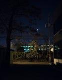 Treno con la luna in vicolo scuro della città alla notte Fotografia Stock