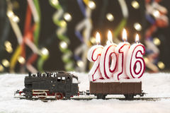 treno 2016 con le rotaie nevose su fondo variopinto Fotografia Stock Libera da Diritti