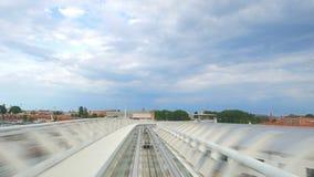 Treno condotto cavo del motore della gente, modo automatico di trasporto il 10 luglio 2015 a Venezia Italia T stock footage