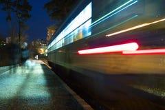 Treno d'accelerazione alla notte fotografia stock