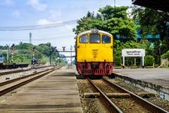 Treno d'annata alla stazione ferroviaria in Tailandia Immagini Stock