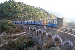 Treno dei britannici dell'annata su terreno himalayan immagine stock