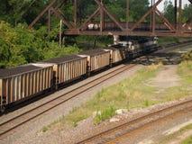 Treno del carbone che lascia città Fotografia Stock Libera da Diritti