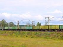 Treno del carico dalle automobili. Fotografie Stock Libere da Diritti