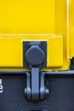 Treno del carico del trasporto del particolare - i nuovi 4 vagoni assali neri gialli delle automobili piane scrivono: Modello di  Fotografie Stock Libere da Diritti