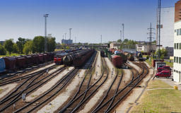 Treno del carico e della stazione ferroviaria Narva L'Estonia fotografie stock