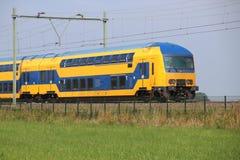Treno del doppio ponte sulla pista a Moordrecht che si dirige al gouda nei Paesi Bassi Fotografie Stock Libere da Diritti