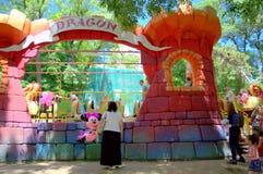 Treno del drago al parco di divertimenti Fotografia Stock