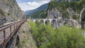 Treno del ghiacciaio sul ponte del viadotto del landwasser, Svizzera Fotografie Stock Libere da Diritti
