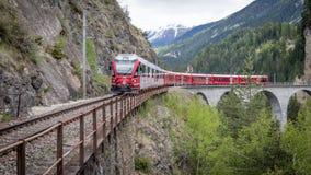 Treno del ghiacciaio sul ponte del viadotto del landwasser, Svizzera Fotografia Stock Libera da Diritti