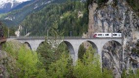 Treno del ghiacciaio sul ponte del viadotto del landwasser, Svizzera Immagini Stock Libere da Diritti