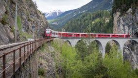 Treno del ghiacciaio sul ponte del viadotto del landwasser, Svizzera Fotografia Stock